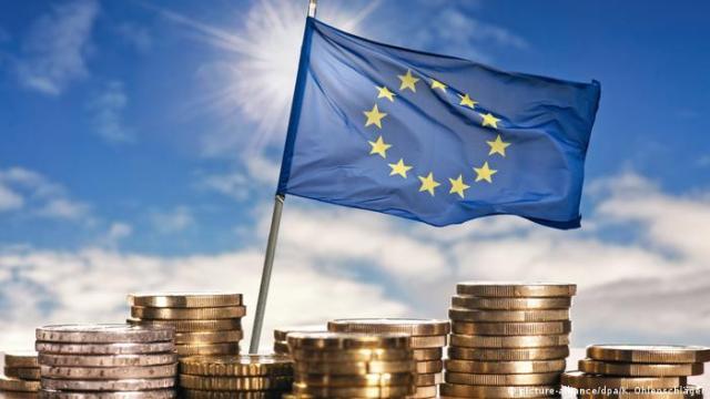 Europäische Flagge mit Euro Münzen