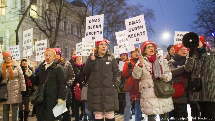 Grannies Against the Right members demonstrate in Vienna in 2018 (picture-alliancedpa/APA/G. Hochmuth)