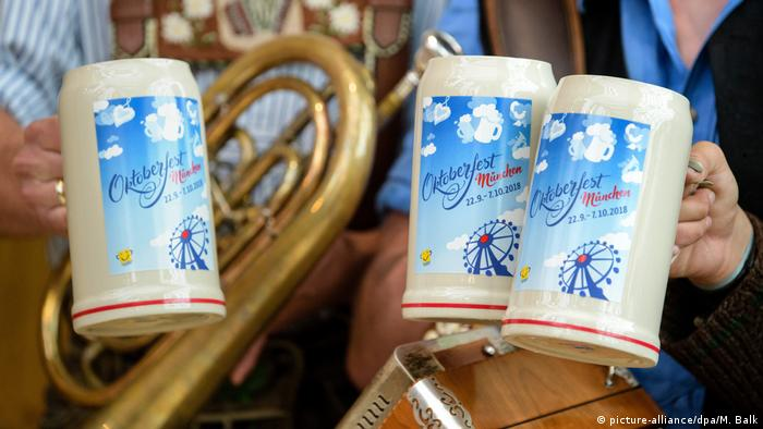 beer mugs with blue plau(picture-alliance/dpa/M. Balk)