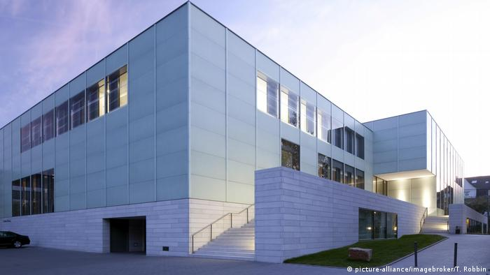 white building, square, stairs leading upwards on one side. Folkwang Museum (Foto: picture-alliance/imagebroker/T. Robbin).