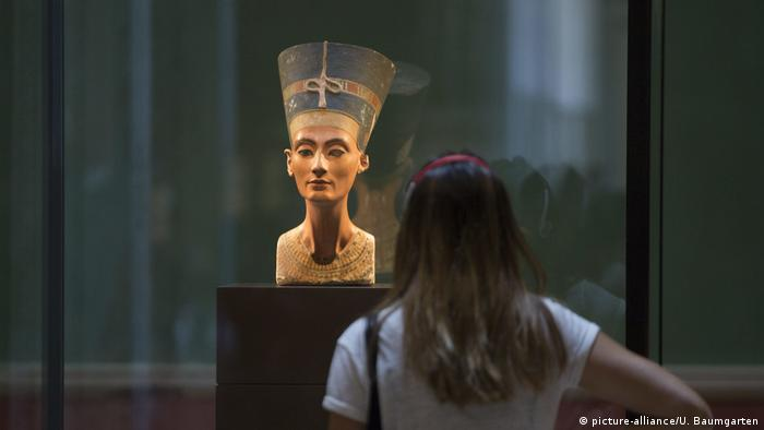 The Neue Museum in Berlin - bust of Egyptian Queen Nefertiti (picture-alliance/U. Baumgarten)