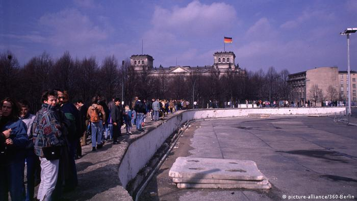 Destruction of the Berlin Wall in 1990 (picture-alliance/360-Berlin)