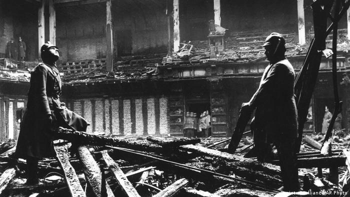 Reichstag fire (1933) (picture-alliance/AP Photo)