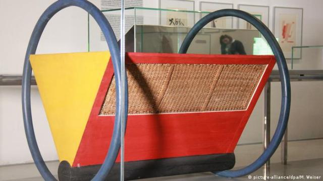 A colorful object that looks like a cradle - to represent the birth of the new approach to design (picture-alliance/dpa/M. Weiser)