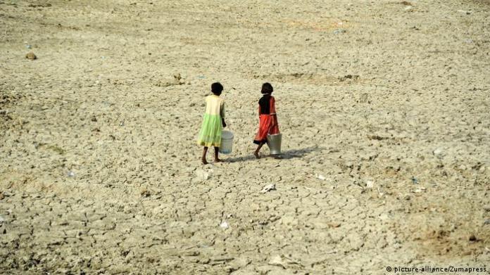 Children carrying drinking water (picture-alliance/Zumapress)