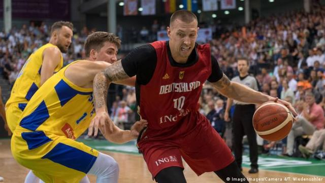 Daniel Theis dribbles the ball against Swedish opponents