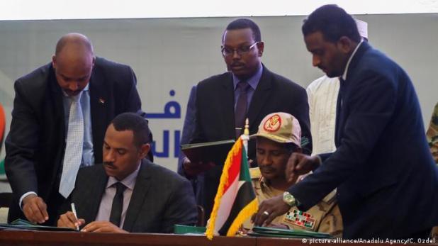 Sudan Khartum | Zeremonie Unterzeichnung Verfassungserklärung (picture-alliance/Anadolu Agency/C. Ozdel)