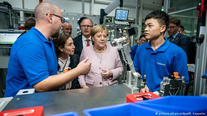 La canciller alemana Angela Merkel visitando la planta de la empresa Webasto, en Wuhan.
