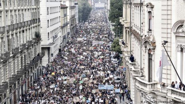 Friday for Future climate strike in Italy (picture-alliance/dpa/M. Alpozzi)