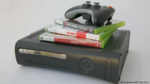 A controller and three games on top of a Xbox 360 (Imago/Zuma/M. Day Mass)