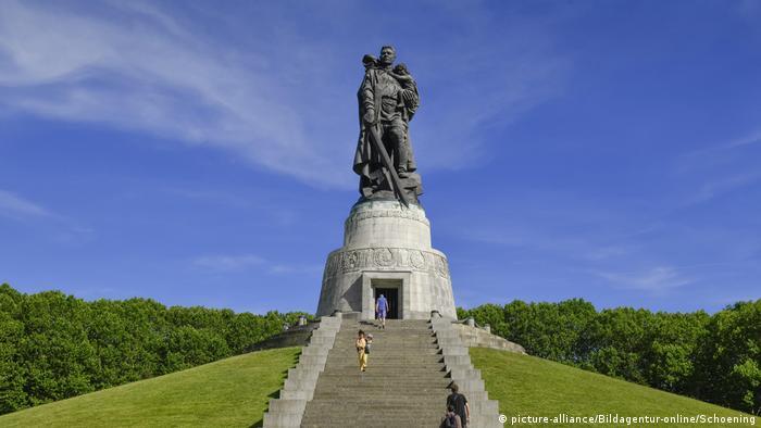 Памятник советскому солдату в берлинском Трептов-парке