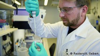 Ученый работает в лаборатории фирмы CureVac