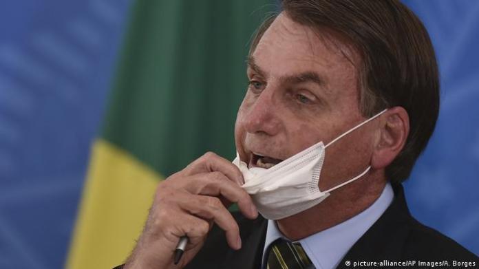 Brazil Coronavirus President Bolsonaro mouthguard (picture-alliance / AP Images / A. Borges)