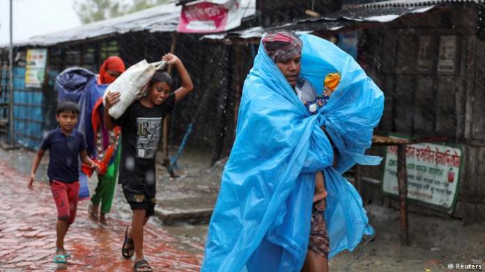 People moving to safety in Bangladesh before cyclone Amphan made landfall