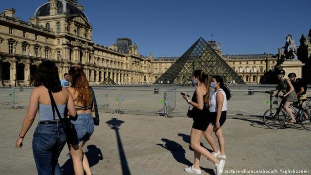 Louvre Paris France (picture-alliance/abaca/A. Yaghobzadeh)