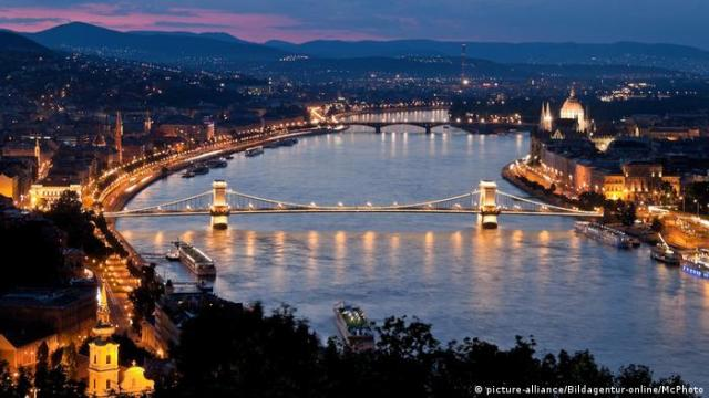 Hungary Budapest Castle Hill and Castle night time city view (picture-alliance/Bildagentur-online/McPhoto)