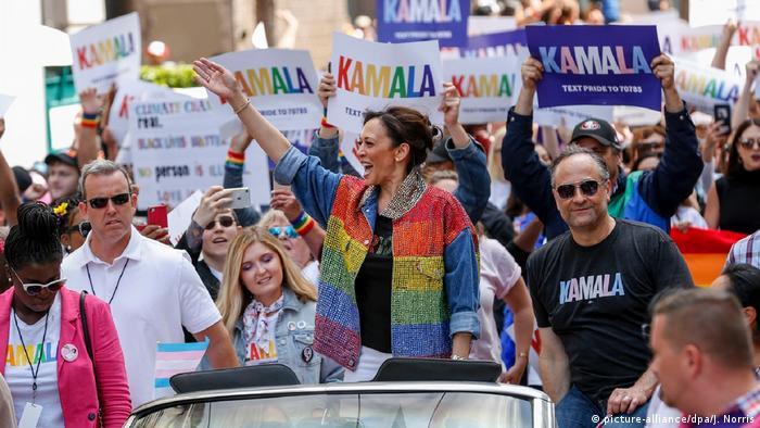 Камала Харріс зі своїми прихильниками під час гей-прайду в Сан-Франциско в 2019 році