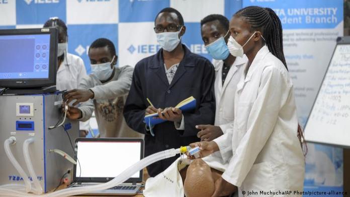 Kenya Corona l Medizinstudenten in Nairobi (John Muchucha / AP Photo / picture-alliance)