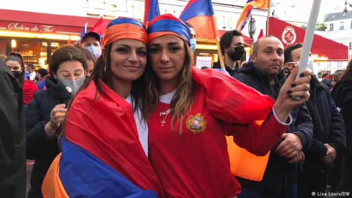 Protesters in Paris with Armenian flags (Lisa Louis / DW)