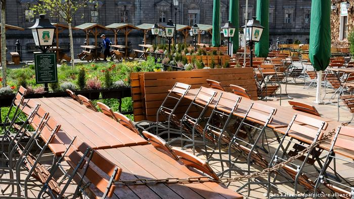 Germany | Coronavirus | empty chairs and tables at a restaurant(Jens Kalaene/dpa/picture-alliance)