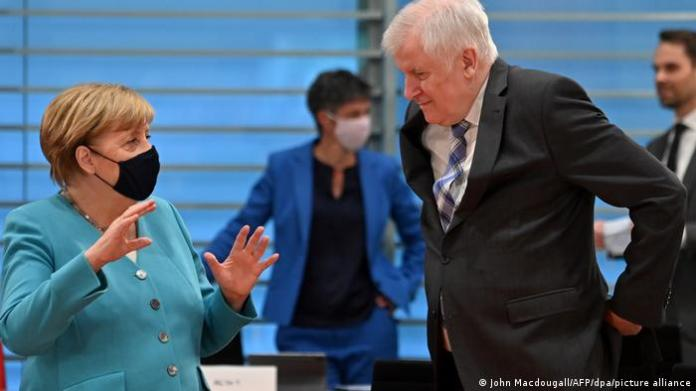Federal Minister of the Interior Horst Seehofer in conversation with Chancellor Angela Merkel