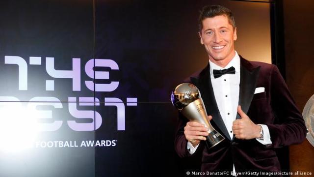 Robert Lewandowski holding the FIFA Men's Player 2020 trophy