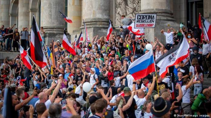 Demonstrators occupy the steps in front of the Bundestag and proclaim a storm on the Reichstag and wave Reich flags and call for a revolution