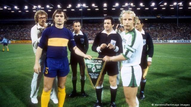 Berti Vogts (right) before the Intercontinental Cup final in 1977