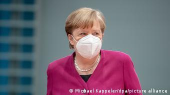 Η Άγκελα Μέρκελ φορώντας μάσκα