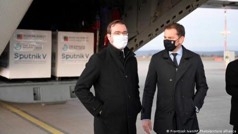 Premier Igor Matovicz (p.) i minister zdrowia Marek Krajczi na lotnisku w Koszycach