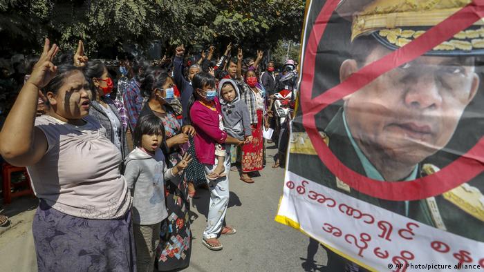 Foto de manifestantes en Birmania que protestan junto a niñas y niños