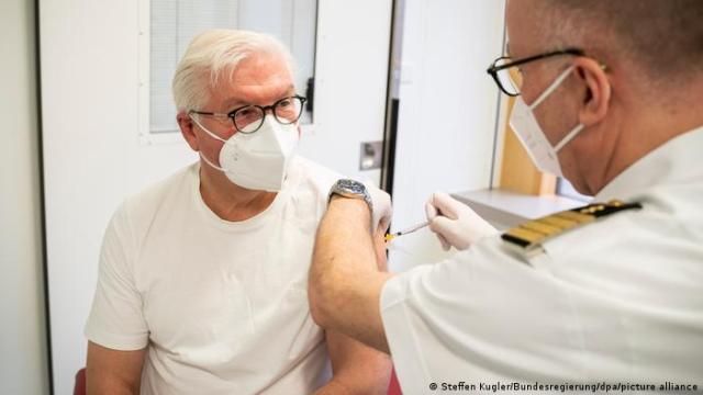 Prezydent Niemiec Frank-Walter Steinmeier szczepi się preparatem AstraZeneca
