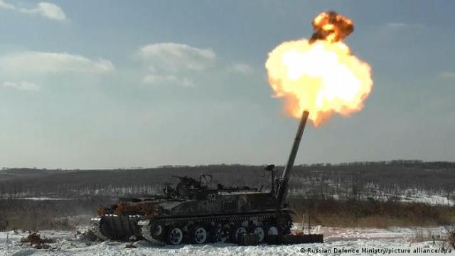 Российская самоходная гаубица делает залп