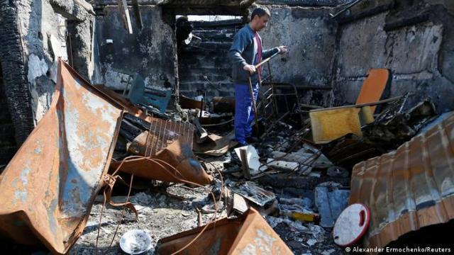 Мужчина стоит на руинах своего дома, расположенного на территории самопровозглашенной ДНР