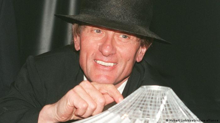 A photo of Helmut Jahn wearing a black hat in 1996.