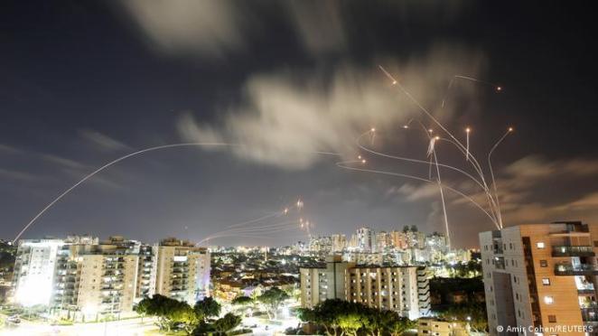 Gazze'den İsrail'e yönelik roket saldırıları hava savunma sistemi Demir Kubbe ile engelleniyor