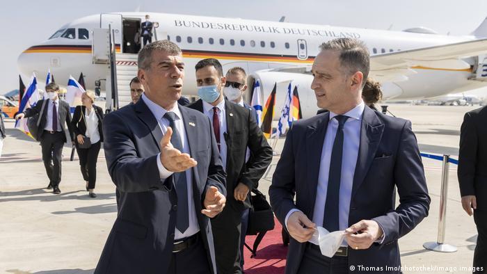 El ministro de Relaciones Exteriores de Alemania, Heiko Maas (dcha.), y su homólogo israelí, Gabi Ashkenazi, al arribo de Maas a Tel Aviv. (20.05.2021).