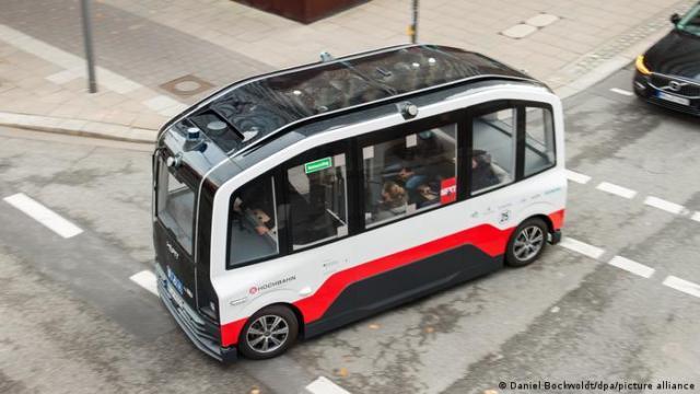 Ônibus de direção autônoma em rua de Hamburgo