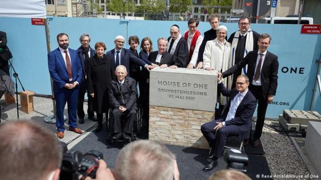 Temel atma törenine Almanya Federal Parlamento Başkanı Wolfgang Schäuble ve Berlin Eyalet Başbakanı Michael Müller de katıldı