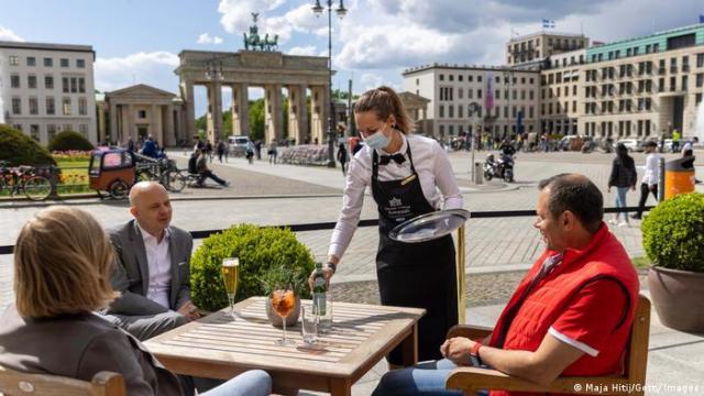 У Берліні вже можна випити пива поруч із Бранденбурзькими воротами