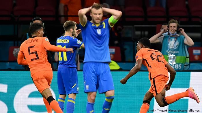 Андрій Ярмоленко (у центрі) забив, але збірна України все ж поступилася збірній Нідерландів