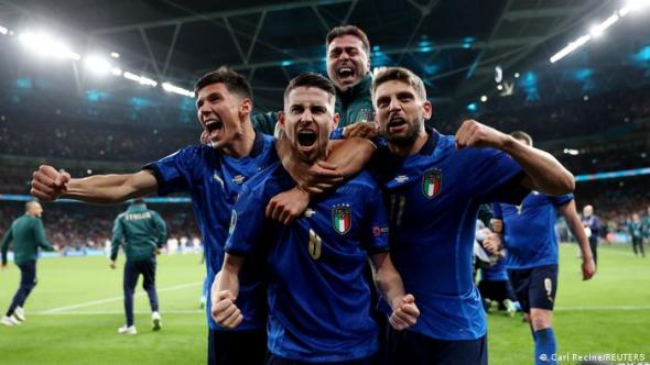 Euro 2020: Italy survive shootout to reach final in packed out Wembley    Sports  German football and major international sports news   DW    06.07.2021
