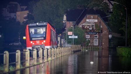 Tempestades e enchentes na Alemanha: trem parado à noite na estação ferroviária de Kordel, no distrito de Trier-Saarburg, na Renânia-Palatinado.