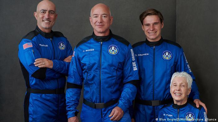 USA   Gruppenbild mit Jeff Bezos vor dem Start ins All