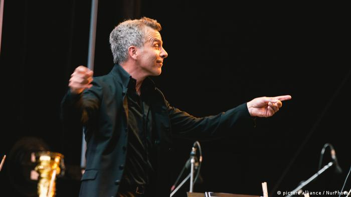 Dirk Kaftan conducts the orchestra.