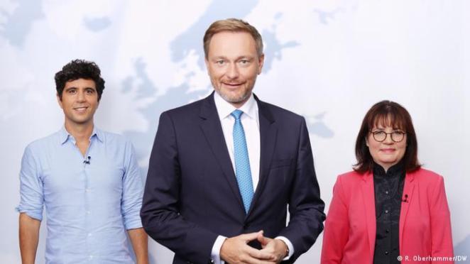 Christian Lindner DW Genel Yayın Yönetmeni Manuela Casper-Claridge ile Arapça Servisi'nden Jaafar Abdul-Karim ile beraber