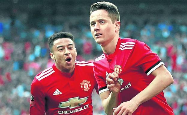 Herrera celebra con Lingard el gol anotado el sábado al Tottenham en la semifinal de Copa. /Reuters