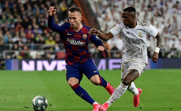 Arthur drives the ball against Vinicius in the March 1 classic.