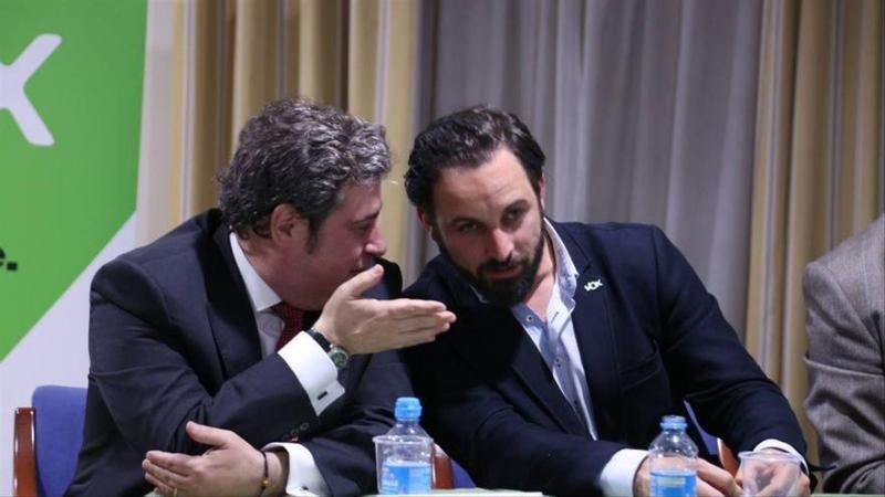 El portavoz adjunto de Vox en las Cortes Valencianas Jose María Llanos conversa con el líder de la formación, Santiago Abascal. Autor: Vox España, 2019. Fuente: Flickr