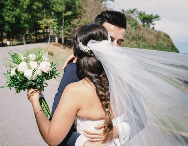 La boda de David y Jessica, ella con un espectacular peinado.